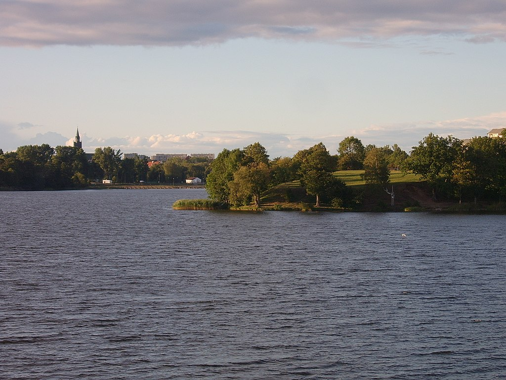 1024px-EŁK_-_Panorama_Jeziora_Ełckiego_-_panoramio